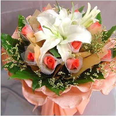 花束.1支白香水百合+11朵粉玫瑰,点缀绿叶、水晶草.