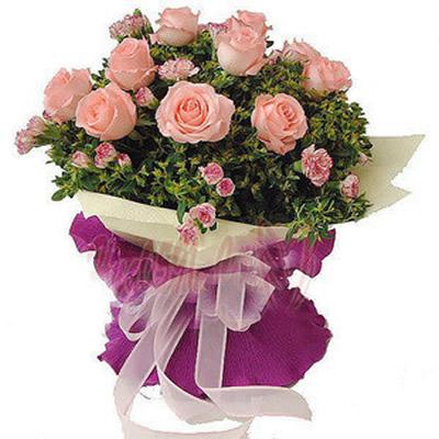 12枝粉色玫瑰,配多头紫边康乃馨,加配花