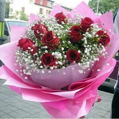 11朵红玫瑰,点缀满天星、黄莺.