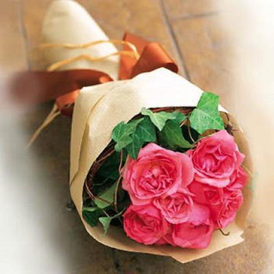 11枝粉玫瑰,绿叶等配材相衬,