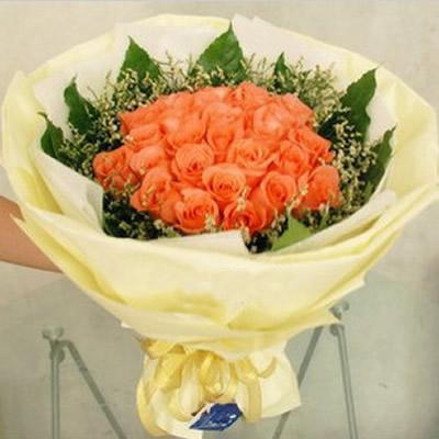 33朵粉玫瑰花,水晶草(可以有黄莺代替)与绿叶围边