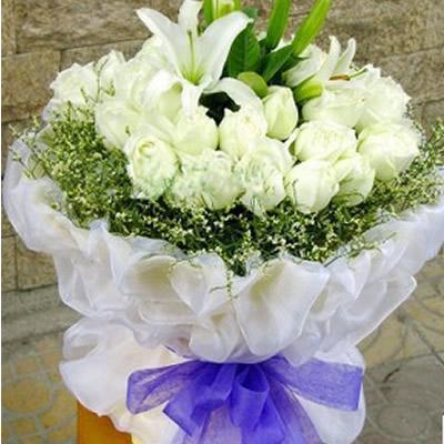 24只白玫瑰,2只白色香水百合,水晶草围边,