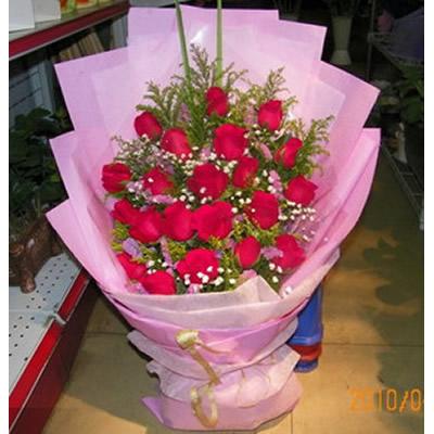 19朵红玫瑰,配满天星和黄莺,粉色勿忘我点缀。