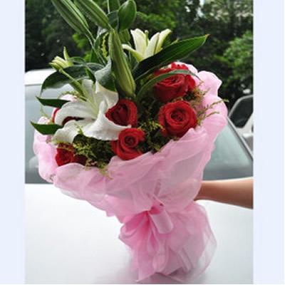 11朵红玫瑰,2枝白百合点缀配材