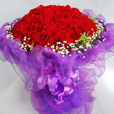 99朵红玫瑰,四周满天星+少许黄莺环绕
