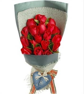 红玫瑰19枝,栀子叶间插。