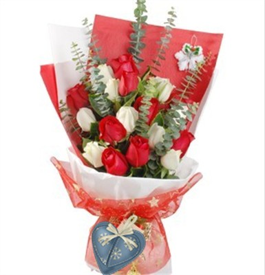 白玫瑰9枝,红玫瑰6枝。栀子叶、尤加利间插