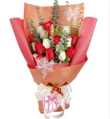 红玫瑰9枝,白玫瑰9枝。尤加利、栀子叶间插。