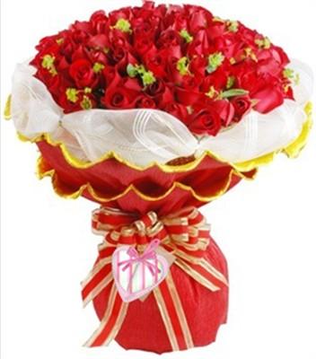 红玫瑰99枝,叶上金点缀。