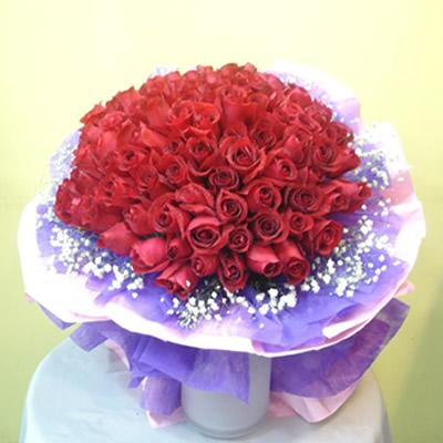 99支昆明A级红玫瑰,满天星包装