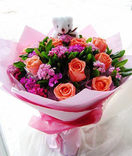 11朵粉玫瑰、粉紫色勿忘我或者石竹梅、茉莉叶,一只小熊