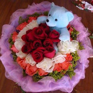 9朵红玫瑰+9朵白玫瑰+15朵粉玫瑰+1只小熊(随机),点缀黄莺.