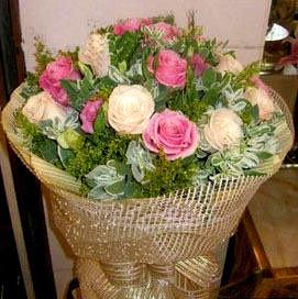 11朵紫玫瑰+11朵白玫瑰,点缀配材