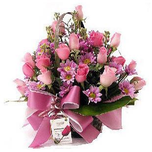 24朵粉玫瑰,点缀配材。