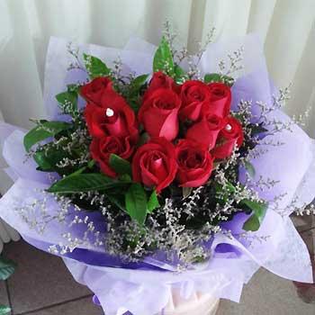 11支精品昆明红玫瑰,栀子叶和情人草外围