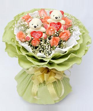 11枝粉玫瑰,满天星点缀。赠送两个小公仔(随机抽取,具体以实物为准)