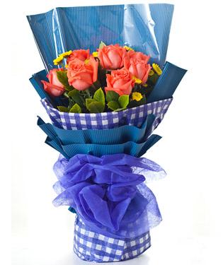 9枝粉玫瑰,黄莺、黄色小配花,绿叶搭配;