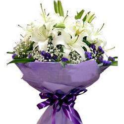5枝白色多头香水百合花,满天星及紫色勿忘我丰满外围,巴西木叶均匀绕边。