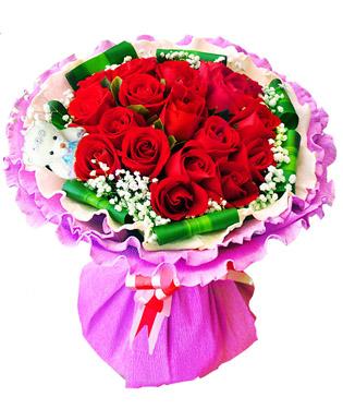 19朵精品红玫瑰,可爱小熊一只(样式随机),绿叶点缀,巴西木叶和满天星围边