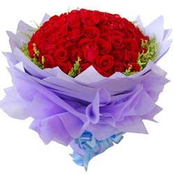 50枝上等红玫瑰,边上黄莺点缀;淡紫色皱纹纸和棉纸多层尖角圆形包装,蓝色丝带束扎。