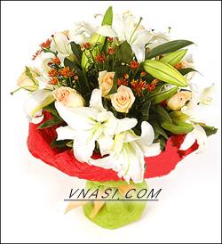 4枝多头白色香水百合,9枝浅粉色玫瑰花,红色小槟菊点缀。