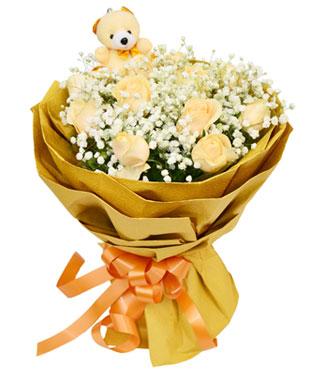 11枝香槟玫瑰,满天星丰满,一只可爱黄色小熊