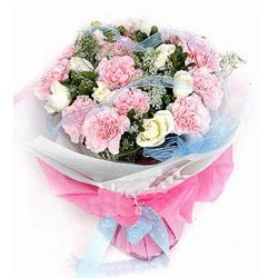 上等的粉色康乃馨12枝,白色玫瑰9枝,米兰叶若干