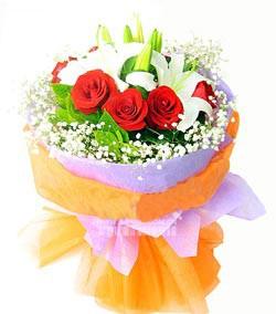 2枝多头白色香水百合,9枝超级红玫瑰,桔子叶适量,满天星点缀。