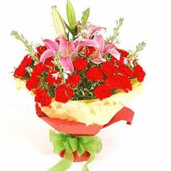上等的红色康乃馨18枝,粉色多头香水百合1枝,水晶草适量