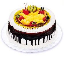 8寸水果蛋糕,外围淋上一层湿润的巧克力酱,丰富的水果、布丁,多姿多彩,又不乏热闹,是非常适合家人团聚的一款。