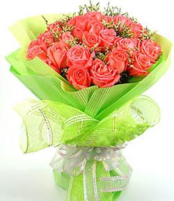 22枝红玫瑰,情人草或水晶草间插点缀;