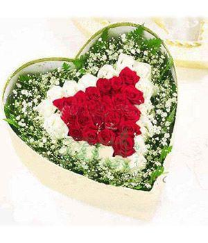 昆明红玫瑰20朵,白玫瑰16朵,满天星绿叶为衬。