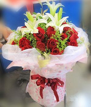 29枝红玫瑰,3枝多头白色香水百合,搭配黄莺