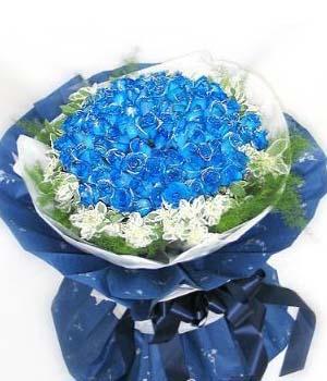 99朵蓝色妖姬,白色棉纸内衬,蓝色皱纹纸外包装,同色丝带束扎。(蓝玫瑰预定前必须咨询客服人员是否有备货)