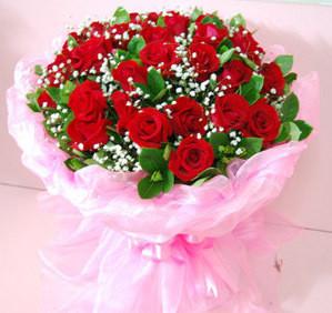 21朵红玫瑰,配绿叶,点缀满天星