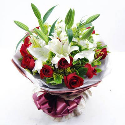 11支红玫瑰,2支多头白香水百合,黄莺点缀