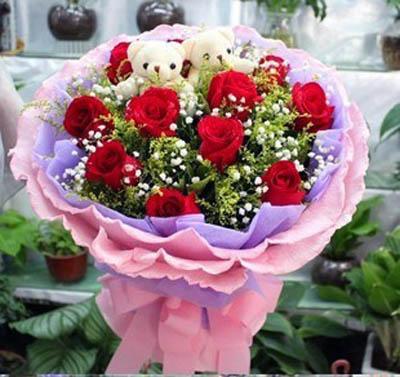 11枝红玫瑰,黄莺搭配丰满,满天星点缀,小熊一对