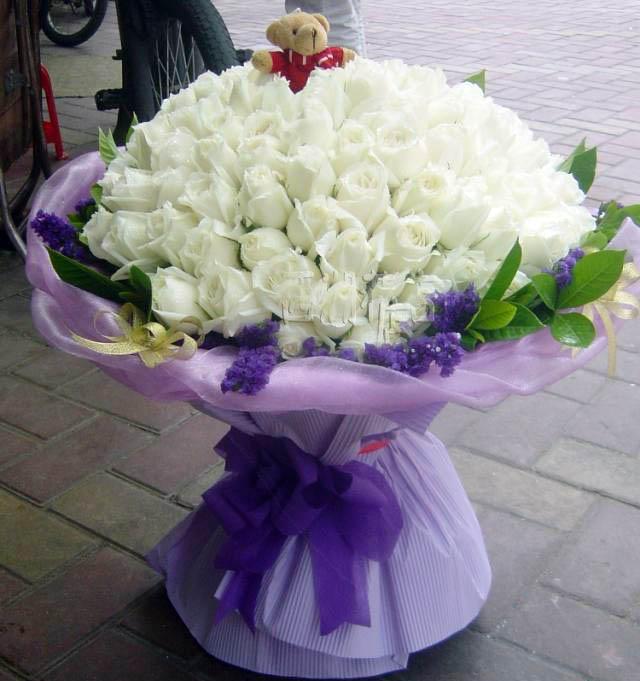 99支白玫瑰,勿忘我绿叶点缀,小熊一支