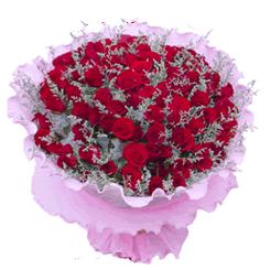 99朵红玫瑰、情人草、卷边纸包装