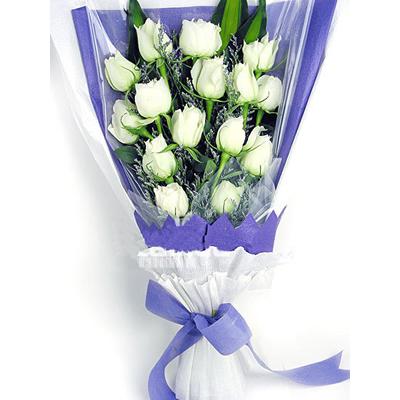白玫瑰15枝,情人草适量,巴西木叶搭配