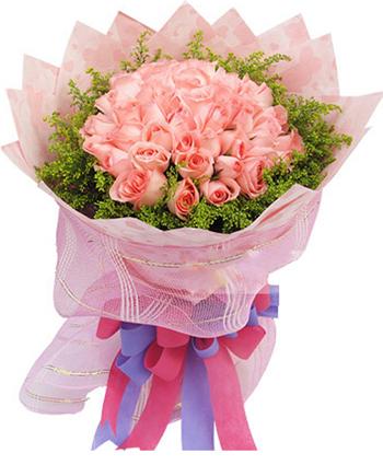 浅粉色礼品纸圆形包装,外围一圈粉色网纱,紫色、红色丝带结束扎