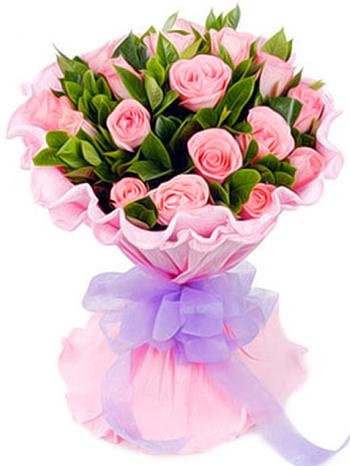 18枝粉玫瑰,绿叶搭配