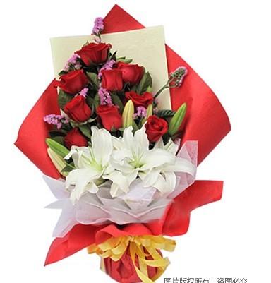 9枝红玫瑰,2枝白色多头香水百合,勿忘我、绿叶间插