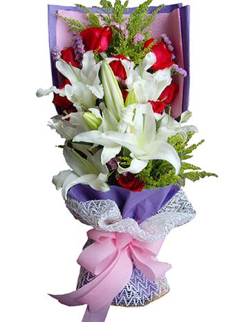 11枝红玫瑰、6枝白色多头香水百合,黄英、勿忘我间插