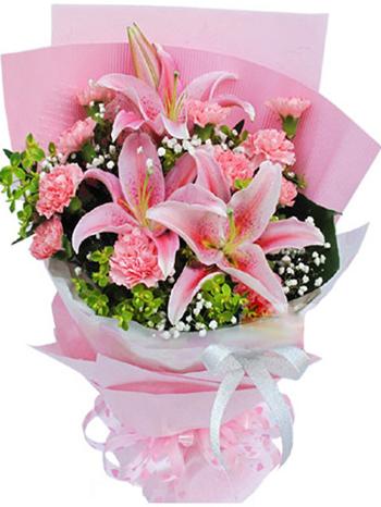 2枝多头粉香水百合,11枝粉色康乃馨,满天星、叶上黄金间插