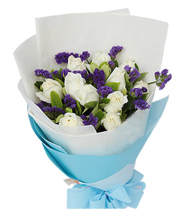 11枝白玫瑰,搭配紫色勿忘我,适量绿叶