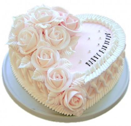 8寸心形鲜奶蛋糕,左侧奶油花装饰。