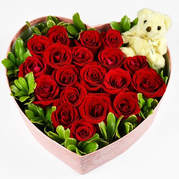 19朵红玫瑰绿叶围绕+1只可爱小公仔