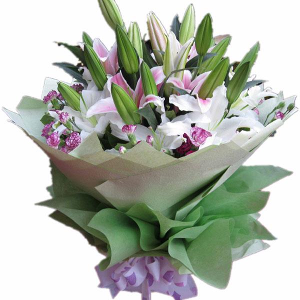 3枝多头粉百合,3枝多头白百合,多头花边康乃馨围绕。