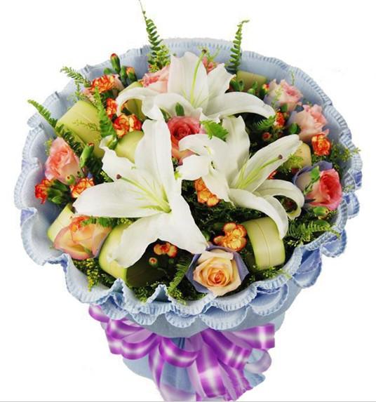 11枝香槟玫瑰,浅紫色棉纸独立包装,1枝多头香水百合,多头花边康乃馨点缀,配花丰满
